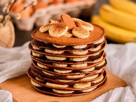 Бананови какаови палачинки с парченца натрошен шоколад - снимка на рецептата
